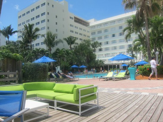 Four Points by Sheraton Miami Beach: salon exterieur  piscine