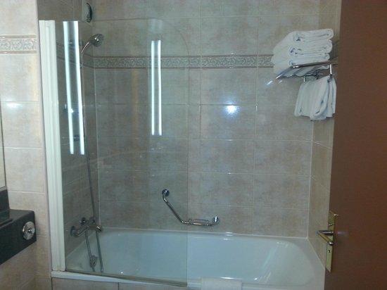 Holiday Inn Paris Montmartre: Bath - triple rom