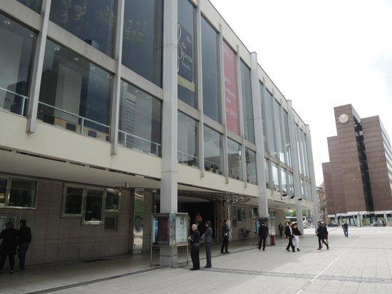 Oper Frankfurt: 中央駅から5分ほど、3つ目の停留所前です