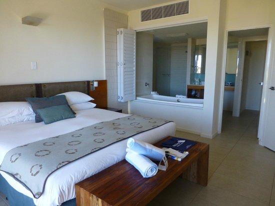 Mantarays Ningaloo Beach Resort: bedroom with bathroom
