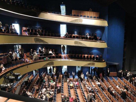Oper Frankfurt: ぼちぼち観客が座りはじめました