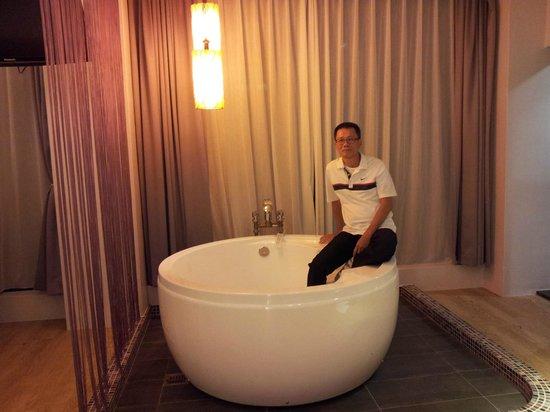 Follow Me B&B: Bathroom with a view behind curtain