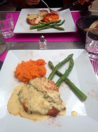 Restaurant la Place: Plat du jour: saumon, sauce citronnée accompagné d'une purée de patates douces et d'asperges