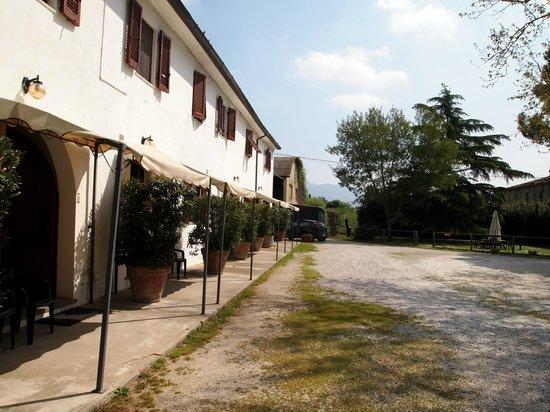 Agriturismo La Pisana : Casale con le camere a livello strada