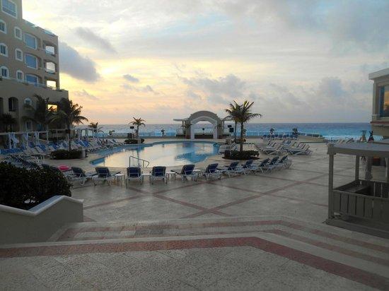 Gran Caribe Resort: Early morning pool view