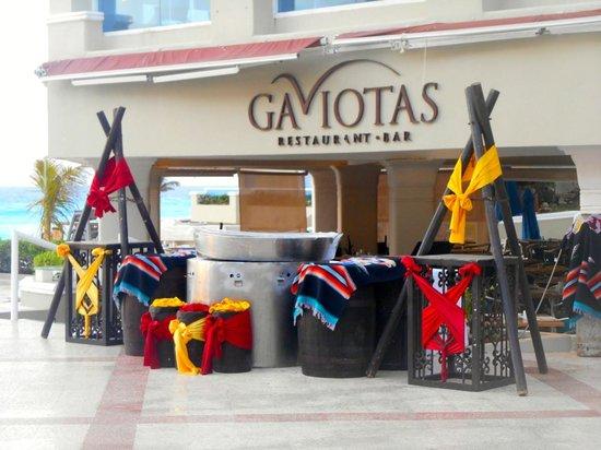 Gran Caribe Resort: Gaviotas buffet by the pool