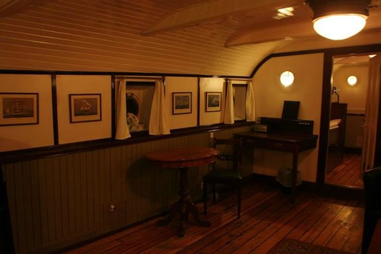STF af Chapman & Skeppsholmen Hostel: гостиная капитанской каюты