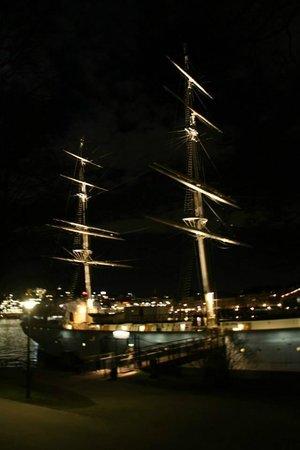 STF af Chapman & Skeppsholmen Hostel: вид на корабль в ночи