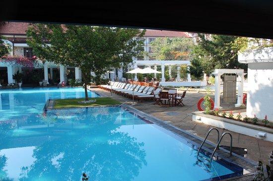 Mahaweli Reach Hotel : Pool area