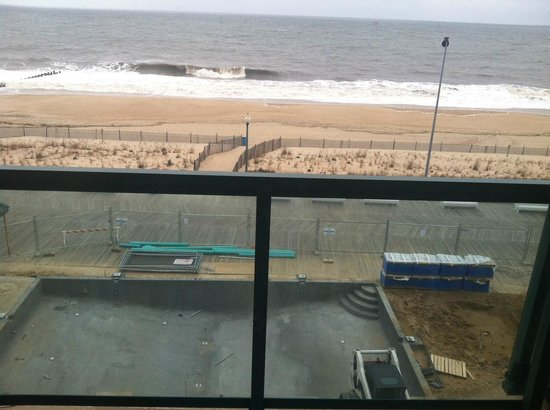 Atlantic Sands Hotel & Conference Center : View of construction activities from our room!