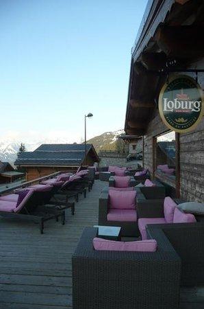 Hotel La Perelle: la superbe terrasse avec vue sur le domaine skiable