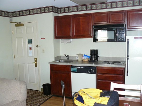 Hawthorn Suites by Wyndham Franklin / Milford Area : Kitchen in room