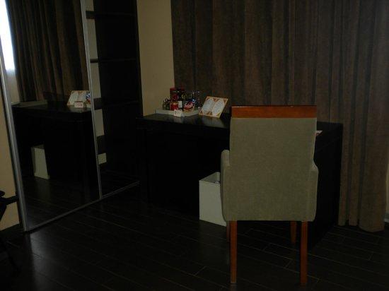 Grand Crucero Iguazu Hotel : escritorio que debajo contiene el frigobar.