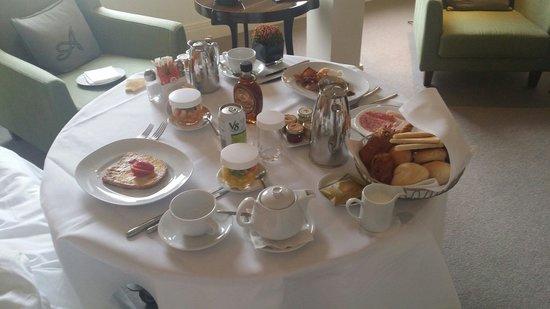 Hotel Amigo: Petit déjeuner en chambre.
