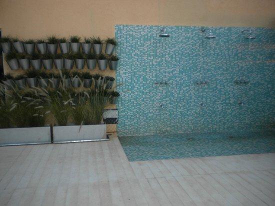 Grand Crucero Iguazú Hotel: duchas en el sector de la pileta