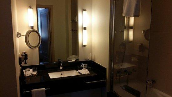 Hotel Dukes' Palace Bruges: Salle de bain.