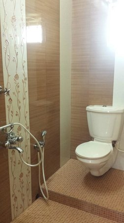 Bella Homestay: Clean bathroom