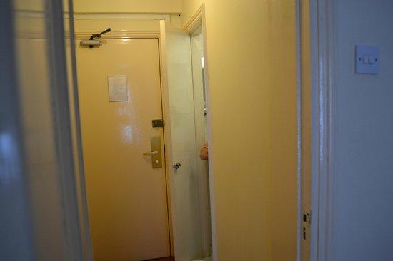 Hotel Columbus: corridoio tra ingresso e camera