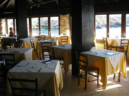 Villette Cala Grecale: L'interno del ristorante a picco sul mare della baia