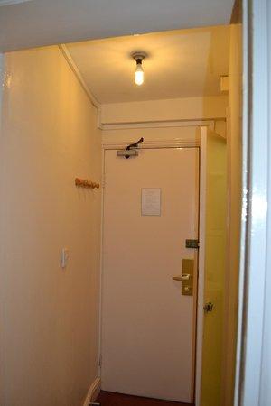 Hotel Columbus: Piccolo corridoio ke portava alla stanza