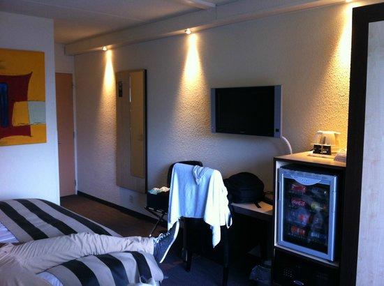 Hotel Mitland : Camera (foto con spalle al balconcino)