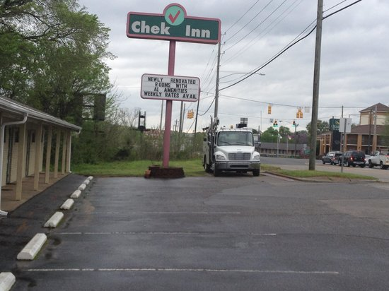 Chek Inn: Sign View Of The Hotel And 1 Of The 2 Truck Parking Available At The Hotel.