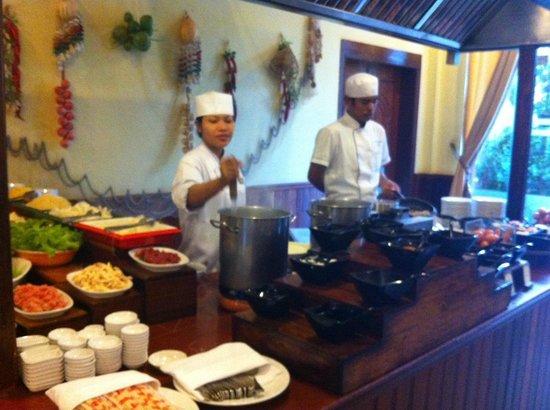 Hotel Somadevi Angkor Resort & Spa: Noodle section in the egg station.