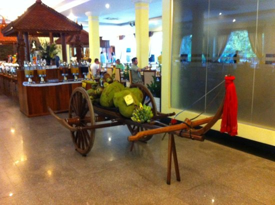 Hotel Somadevi Angkor Resort & Spa: This Asian ancient coah welcoms you to the breakfast area.
