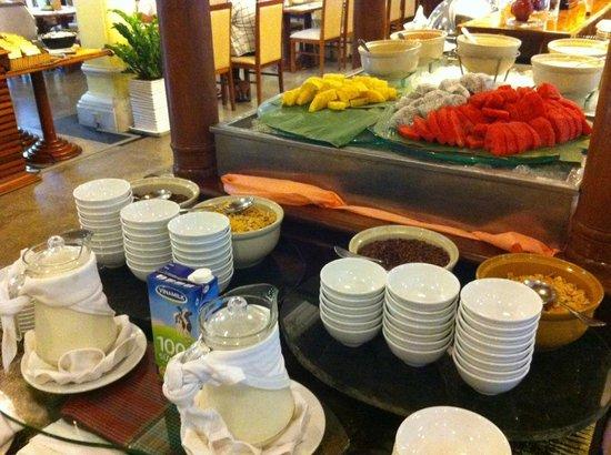 Hotel Somadevi Angkor Resort & Spa: Fresh fruit and cereal bar.