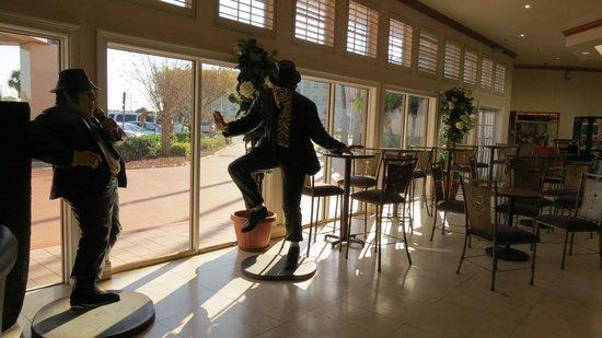 I-Drive Grand Resort & Suites: Estatuas de cantantes en el lobby dan idea de la antigüedad de las mismas