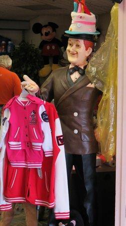 I-Drive Grand Resort & Suites: El muñeco a la entrada del guest shop. De moda en los años 50?