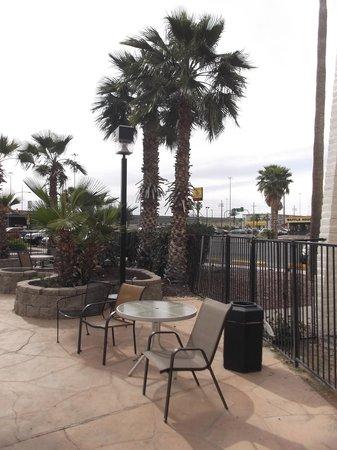 Quality Inn : Espace piscine.
