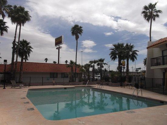Quality Inn: Espace piscine.