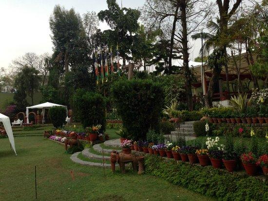 Shangri-La Hotel Kathmandu: Garden Area next to the outside seating.