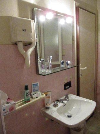 bagno..rosa dedicato alle donne - Picture of Hotel Laurin, Lido Di ...