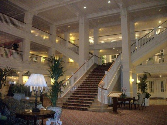 Disneyland Hotel: Hotel staircase