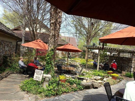 The Pottery House Cafe and Grille: Back Patio
