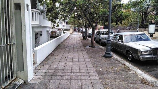 Courtyard San Juan Miramar: Street of the hotel