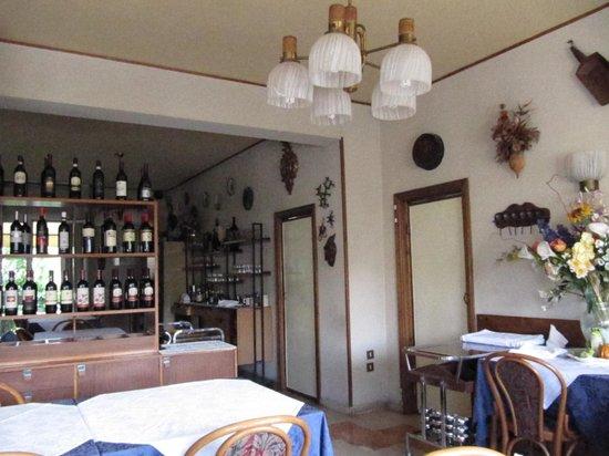 Hotel Laurin: esposizione dei vini e vista parziale sale