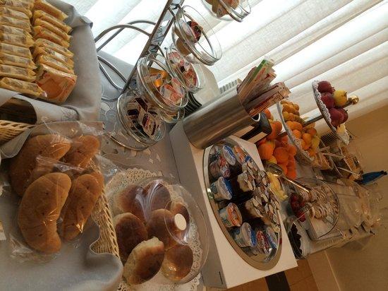 Artemisia Palace Hotel : mesa de desayuno