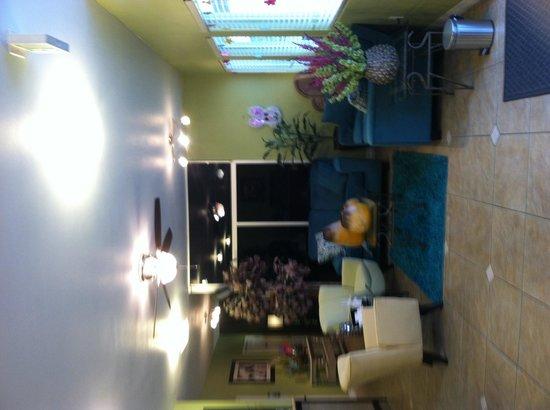 Ramada Kingman: Lobby area loved the colors