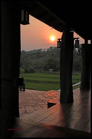 Manee Dheva Resort & Spa : Coucher de soleil depuis l'espace restaurant