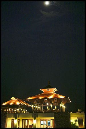 Manee Dheva Resort & Spa : Vue de la réception au clair de lune