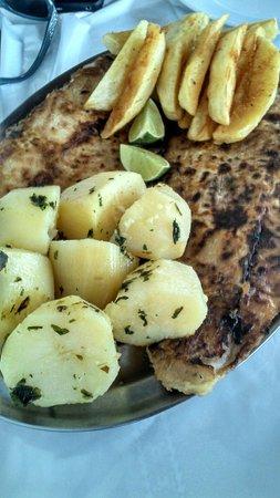 Restaurante & Lanchonete do Nono: Também servem deliciosos e bem servidos pratos. Esse foi o peixe grelhado com molho de camarão.