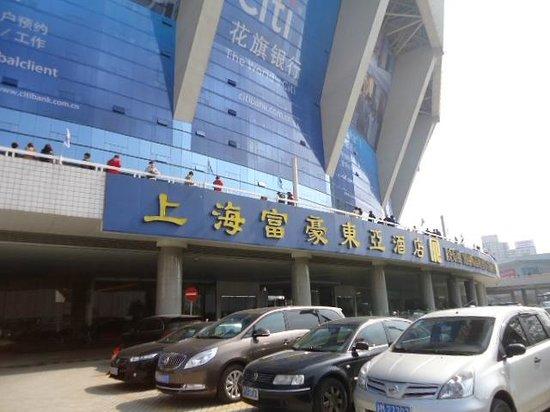 Regal Shanghai East Asia Hotel: ホテルの入口(下にホテル名が書いてあります)
