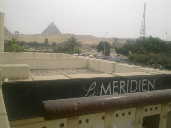 Le Meridien Pyramids Hotel & Spa: View from a terrace above the hotel's entrance