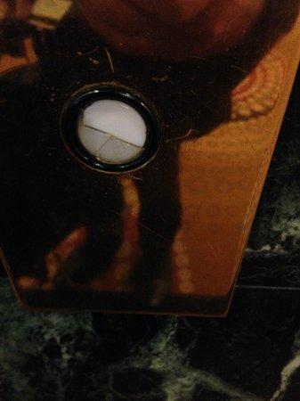 Hilton Atlanta Northeast: Broken lift button in foyer