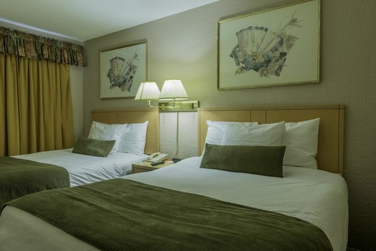 Howard Johnson Inn Downtown Kamloops: Triple Sheet Double Bed with Duvets