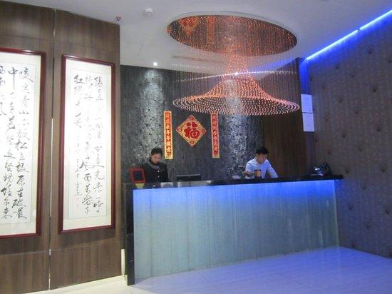 Bliss Hotel Singapore: Small lobby