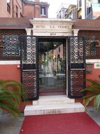 Hotel La Fenice Et Des Artistes: Entrance